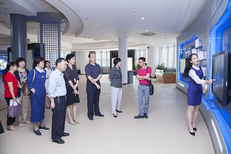 5月5日,厦门市政协文史委主任傅兴星,民进厦门市委主委吴丽冰
